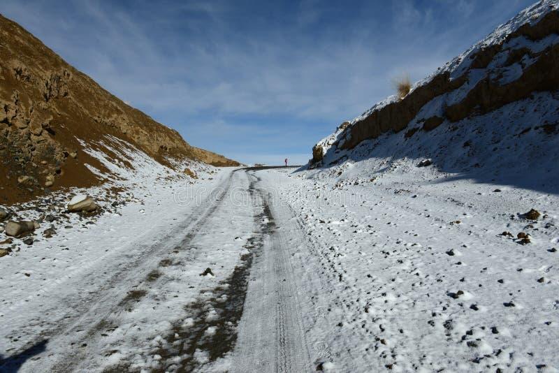 Download 在山的上面的路 库存照片. 图片 包括有 的treadled, 冬天, 跟踪, 顶层, 通过 - 62535882