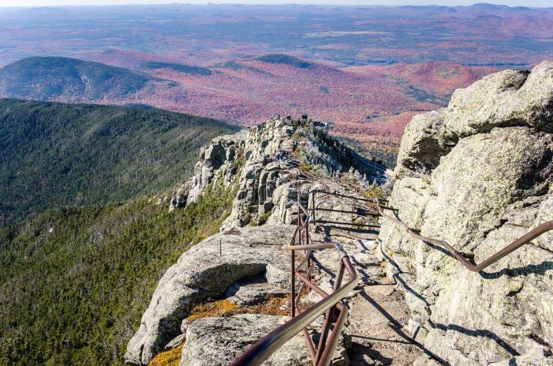 在山的上面的道路 库存照片