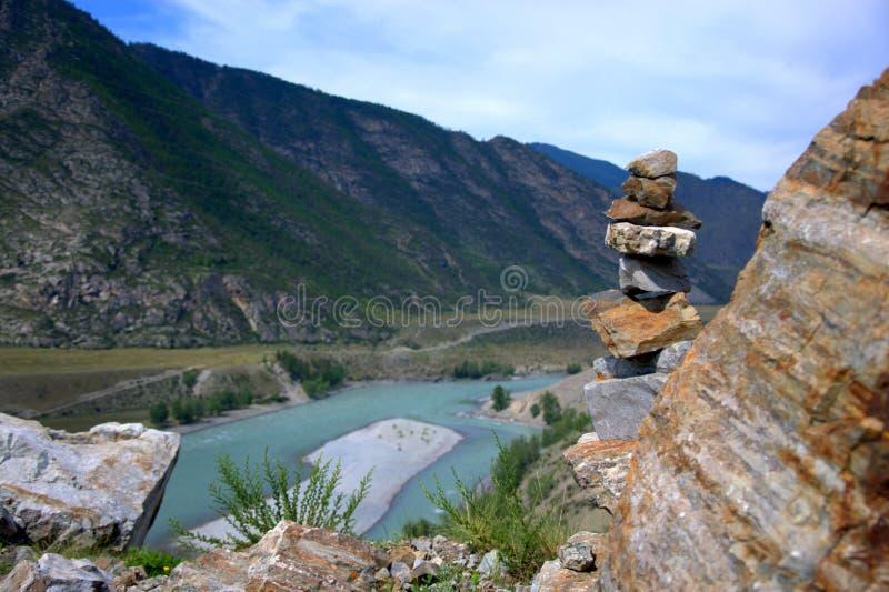 在山的上面的Socral金字塔,以绿松石为背景卡通河的弯 免版税库存照片