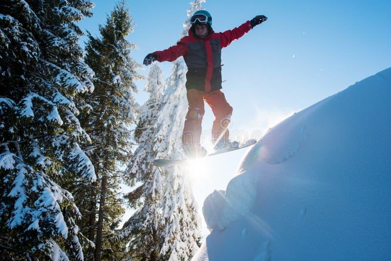 在山的专业挡雪板骑马 免版税库存照片