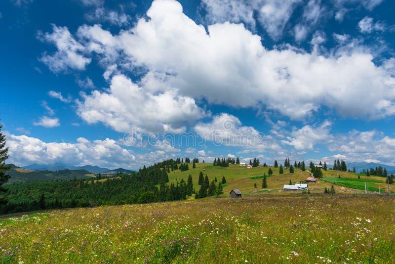 在山的云彩在夏天 免版税图库摄影
