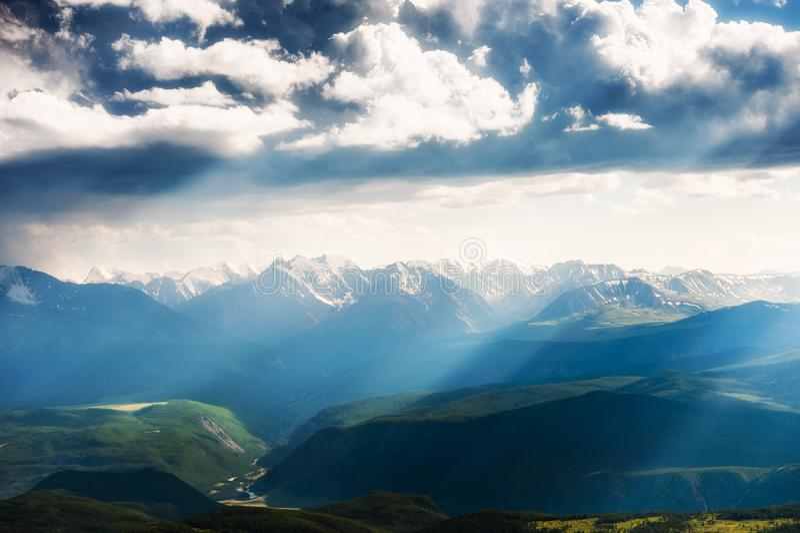 在山的云彩在日落 免版税库存照片