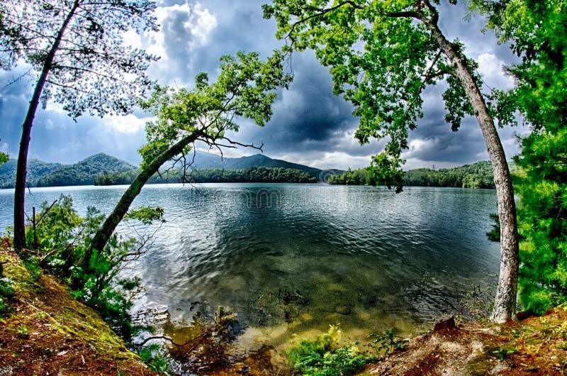 在山的云彩在湖santeetlah北卡罗来纳 免版税库存图片