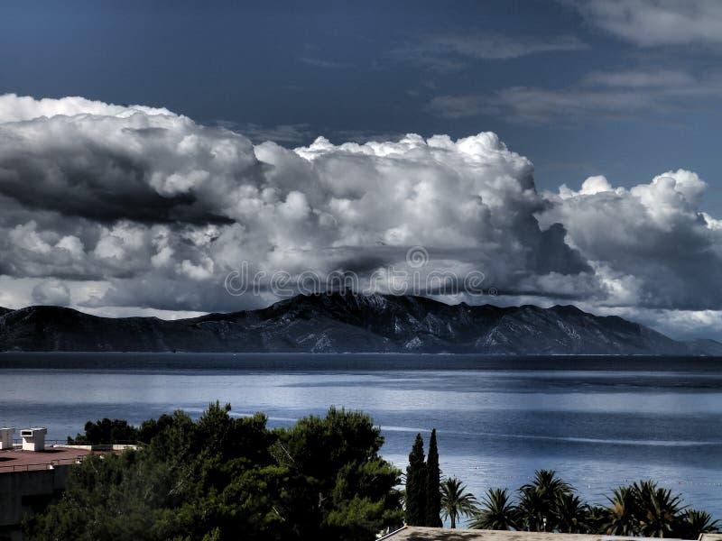 在山的云彩在黑暗 免版税库存照片