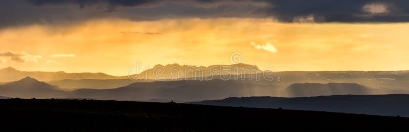 在山的五颜六色的日落 冰岛风景意想不到的看法  冰岛 免版税库存照片