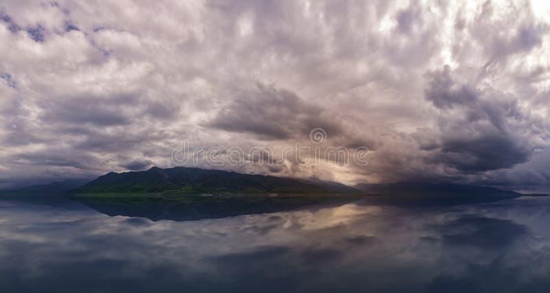 在山的令人惊讶的云彩 在湖和山的剧烈的风暴 远足冒险 免版税库存照片