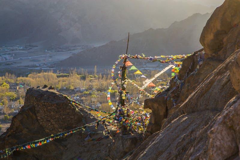 在山的佛教祷告旗子 库存图片