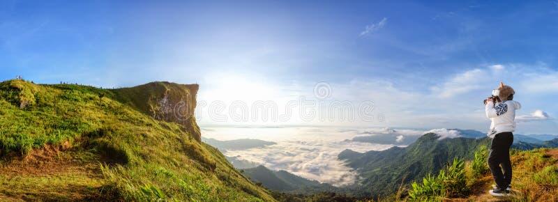 在山的全景日出 库存照片