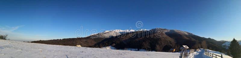 在山的全景风景与乡下公路 库存图片