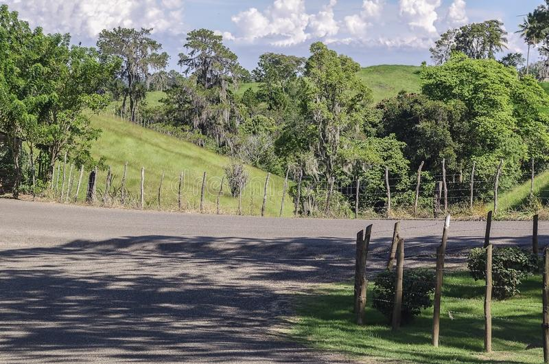 在山的农村风景与一美丽的天空蔚蓝 库存图片