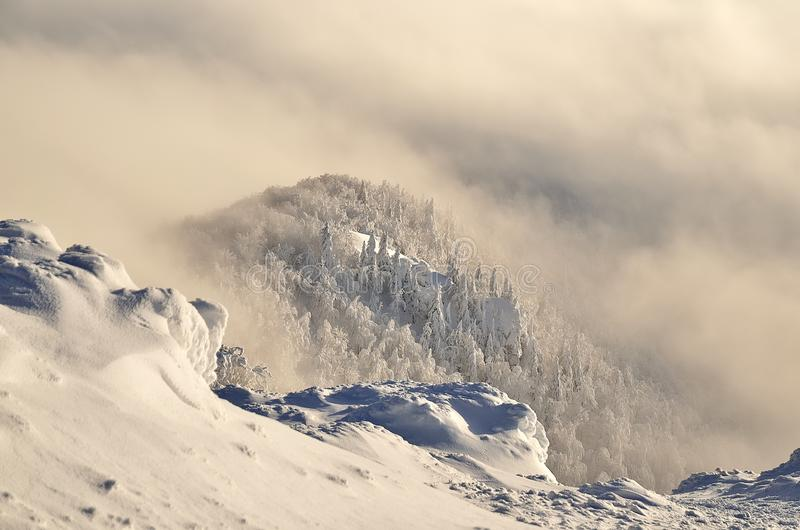 在山的冬天横向 图库摄影