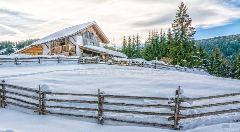 在山的冬天瑞士山中的牧人小屋与雪 免版税库存图片