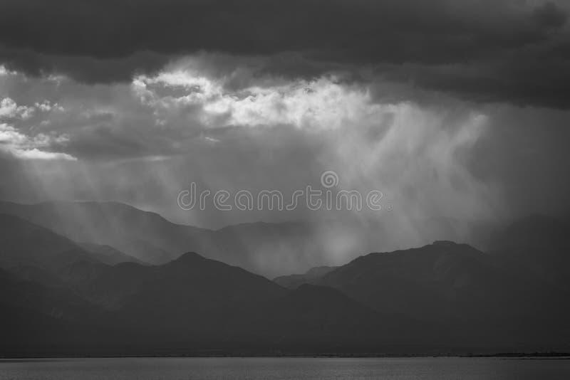 在山的剧烈的天空沿索尔顿湖,北部岸的,加利福尼亚 免版税库存照片
