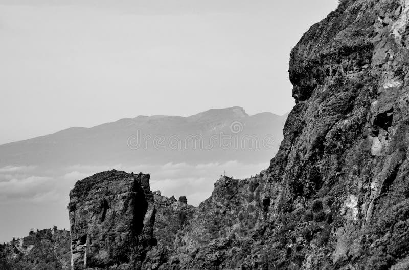 在山的单色moonscape 免版税库存照片