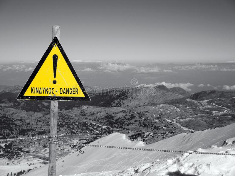 在山的危险标志 免版税图库摄影