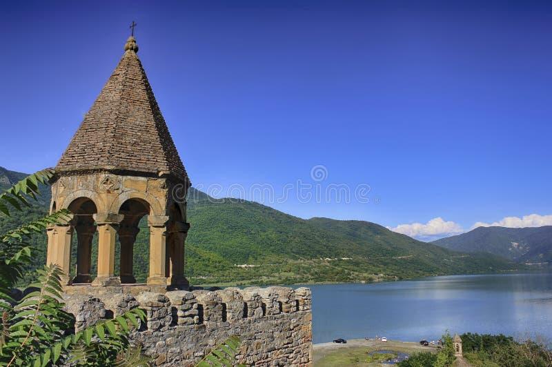 在山的古老城堡在湖 晴朗日的夏天 图库摄影