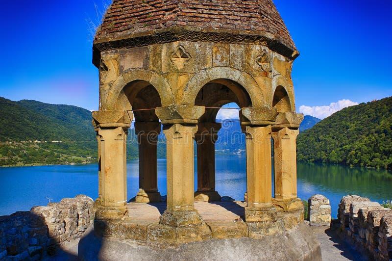 在山的古老城堡在湖 晴朗日的夏天 免版税库存图片