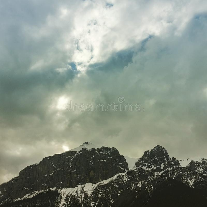 在山的喜怒无常的云彩 库存图片