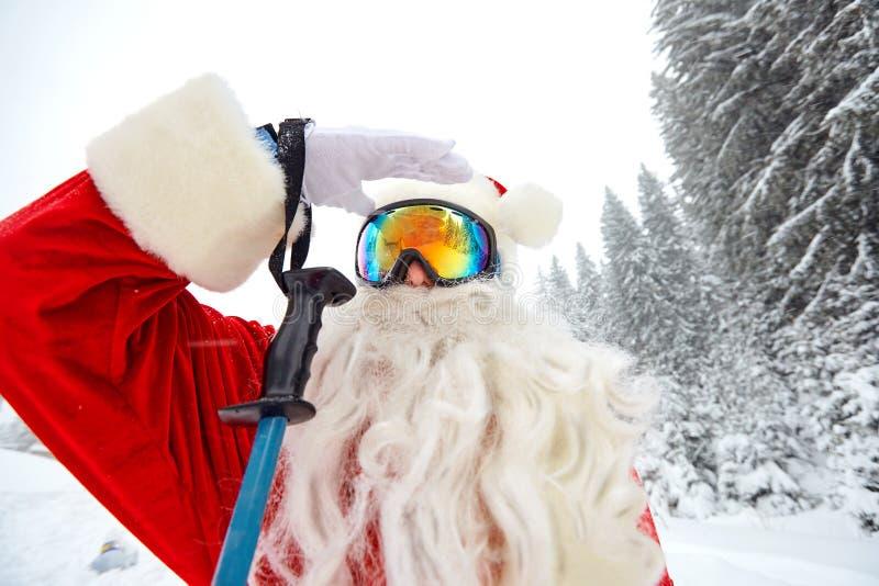 在山的圣诞老人滑雪在雪在冬天在Christm 库存照片