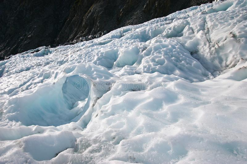 在山的坚固性冰川冰大块 免版税库存图片
