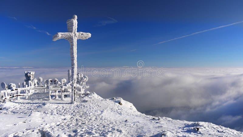 在山的基督徒十字架 免版税库存图片