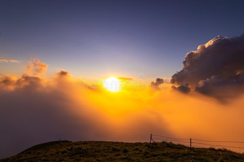 在山的多云日落 库存照片
