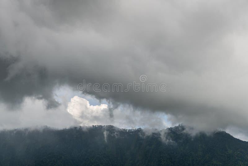 在山的多雨cloudscape在Bedoegoel,巴厘岛印度尼西亚 免版税库存图片