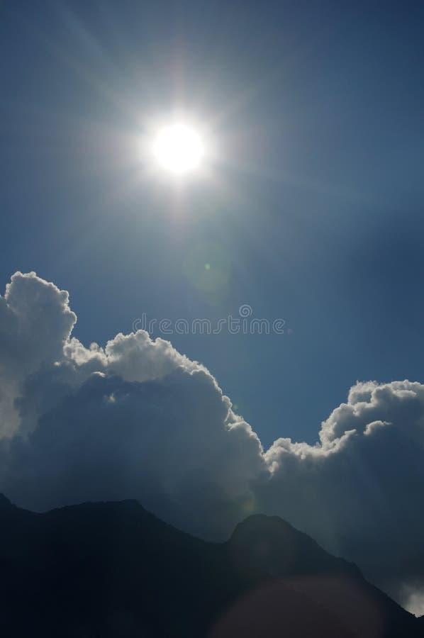 在山的太阳 免版税库存照片