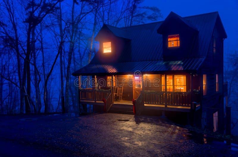 在山的客舱在晚上 免版税图库摄影