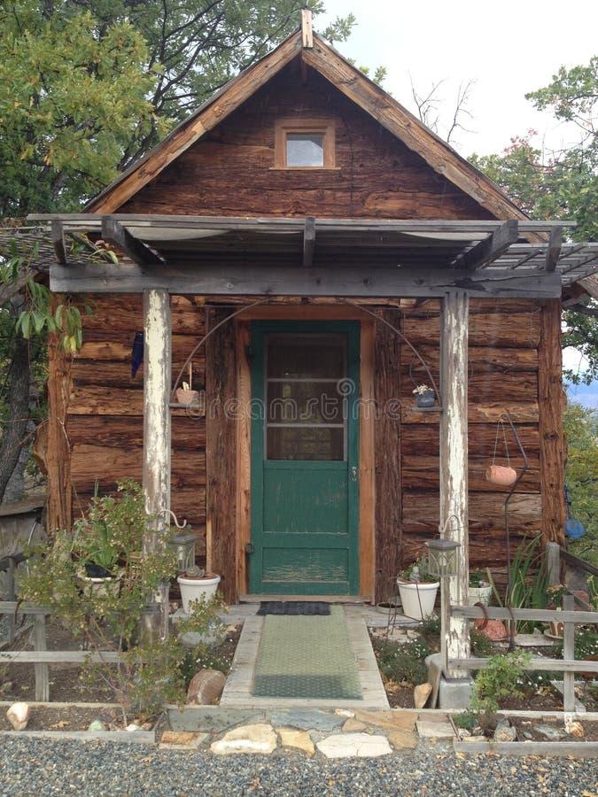 在山的小原木小屋 库存图片