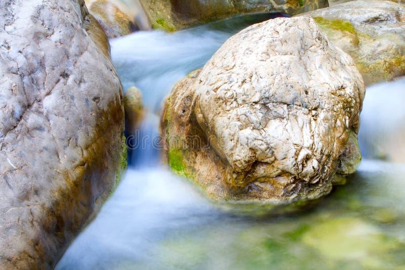 在山的小河在最低水位期间 免版税库存照片