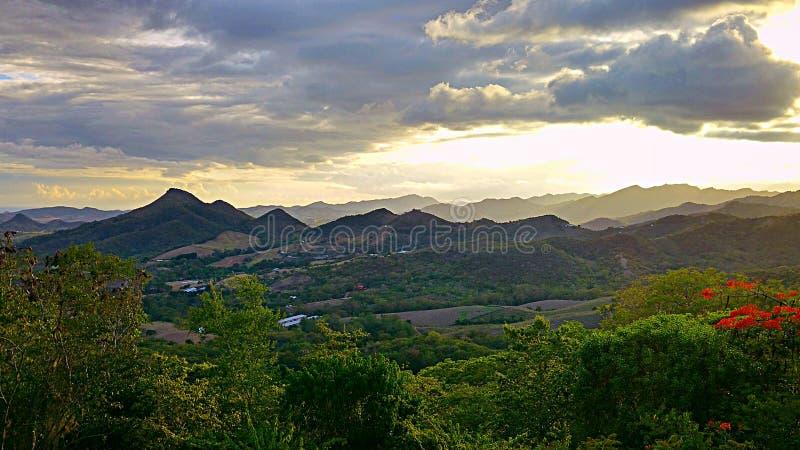 在山的峰顶的看法 免版税库存照片