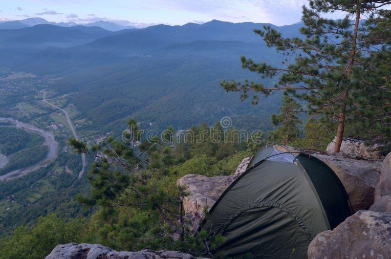 在山的帐篷在高度 在山的活跃假日 免版税库存图片