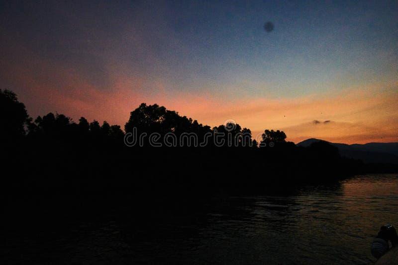 在山的平安的日落在Kampot柬埔寨 图库摄影