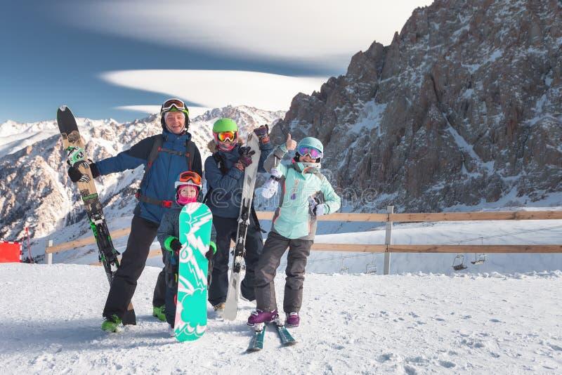 在山的幸福家庭滑雪 孩子在滑雪学校 库存图片