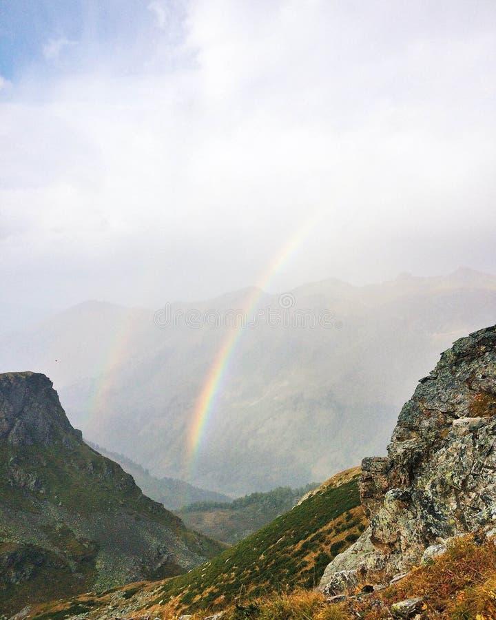 在山的彩虹 免版税库存照片