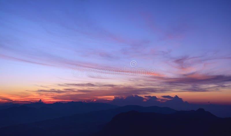 在山的惊人的五颜六色的日出 从亚当` s的Veiw 库存图片