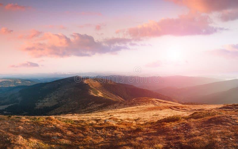 在山的惊人的风景在日出 免版税库存图片