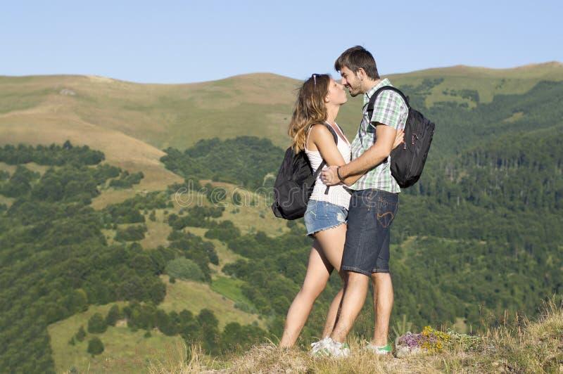 在山的愉快的远足者夫妇 免版税库存照片