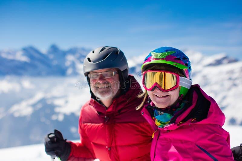 在山的成熟夫妇滑雪 免版税库存照片