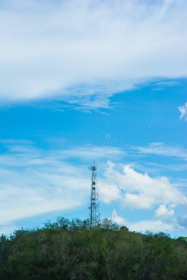 在山的手机塔 库存图片