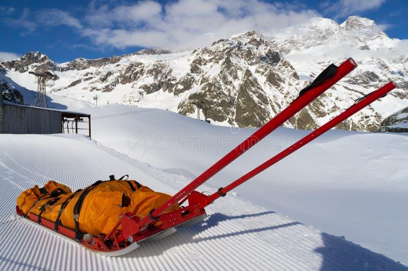 在山的抢救紧急雪撬 图库摄影