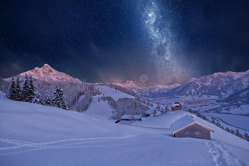 在山的斯诺伊风景在晚上 库存图片