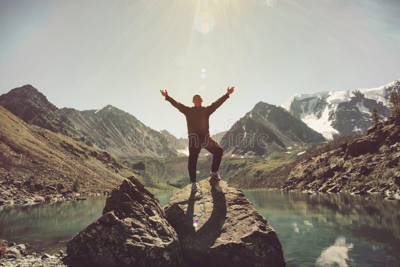 在山的旅客人愉快的被举的手在挪威旅行癖移动的探险家健康生活方式冒险概念ac冠上 免版税库存照片