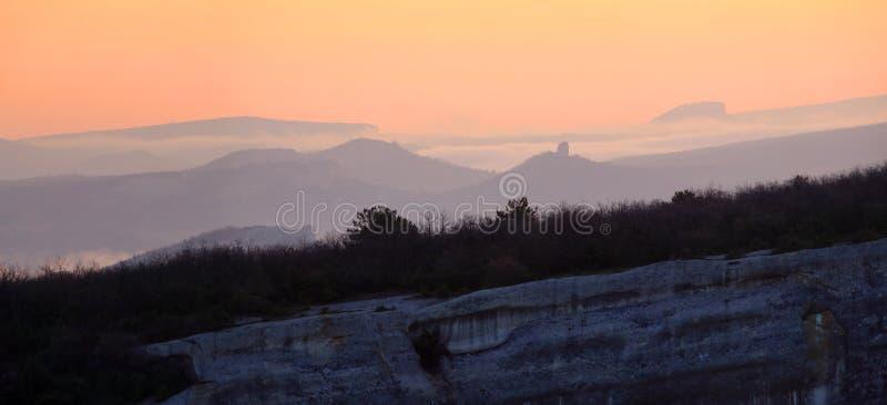 在山的日出。洞城市Eski-Kermen 库存照片