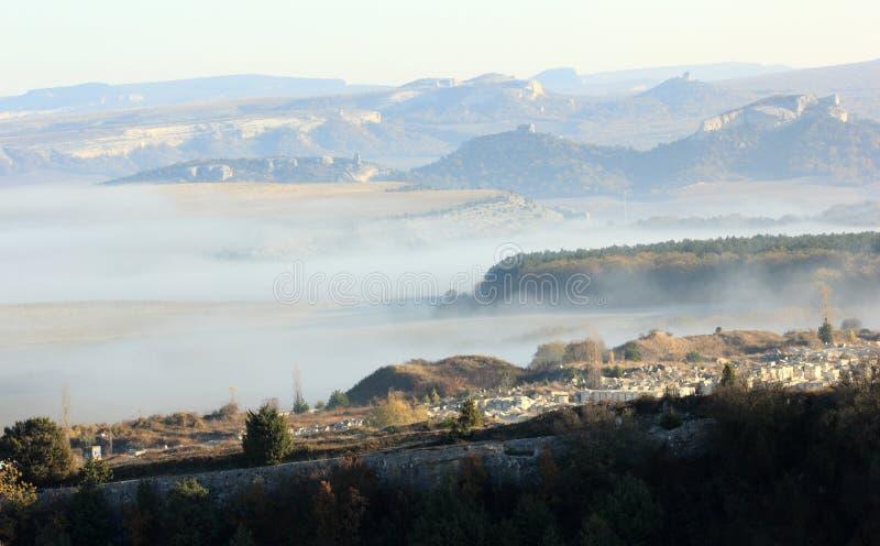 在山的日出。 洞城市Eski-Kermen 免版税库存照片