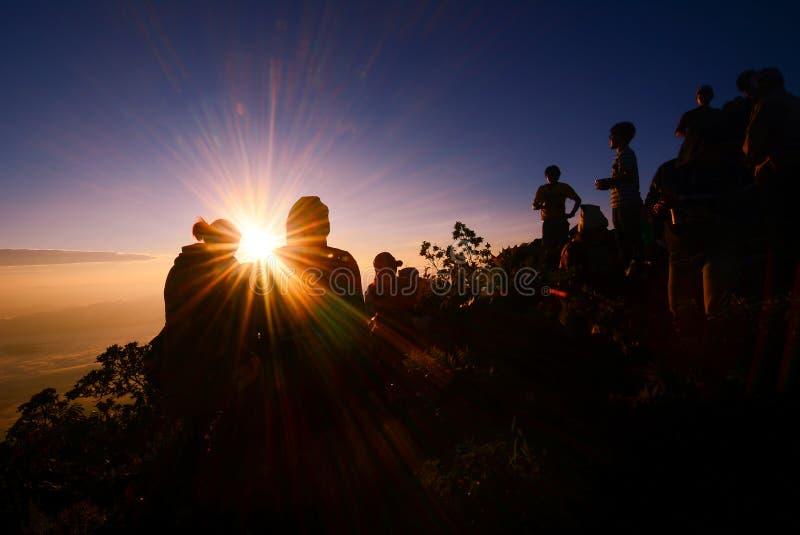 在山的日出与剪影人和夫妇成功 免版税库存图片