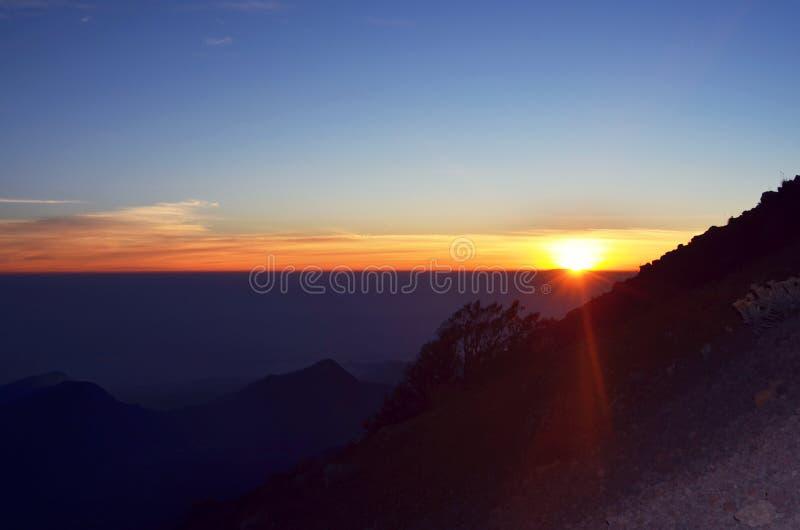 在山的日出美好的片刻 库存照片