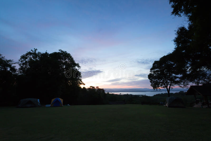 Download 在山的日出 库存图片. 图片 包括有 天空, 森林, 夜间, 早晨, 阳光, 风景, 本质, beautifuler - 59105141