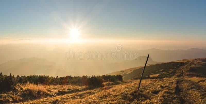 在山的日出 免版税库存照片